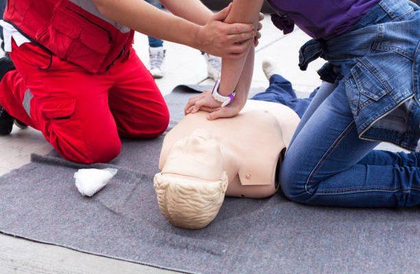 Formation aux gestes de premiers secours avec massage cardiaque sur un mannequin de secourisme