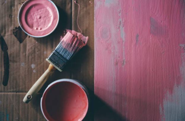 pot-peinture-maison-couleur-rose-pinceau