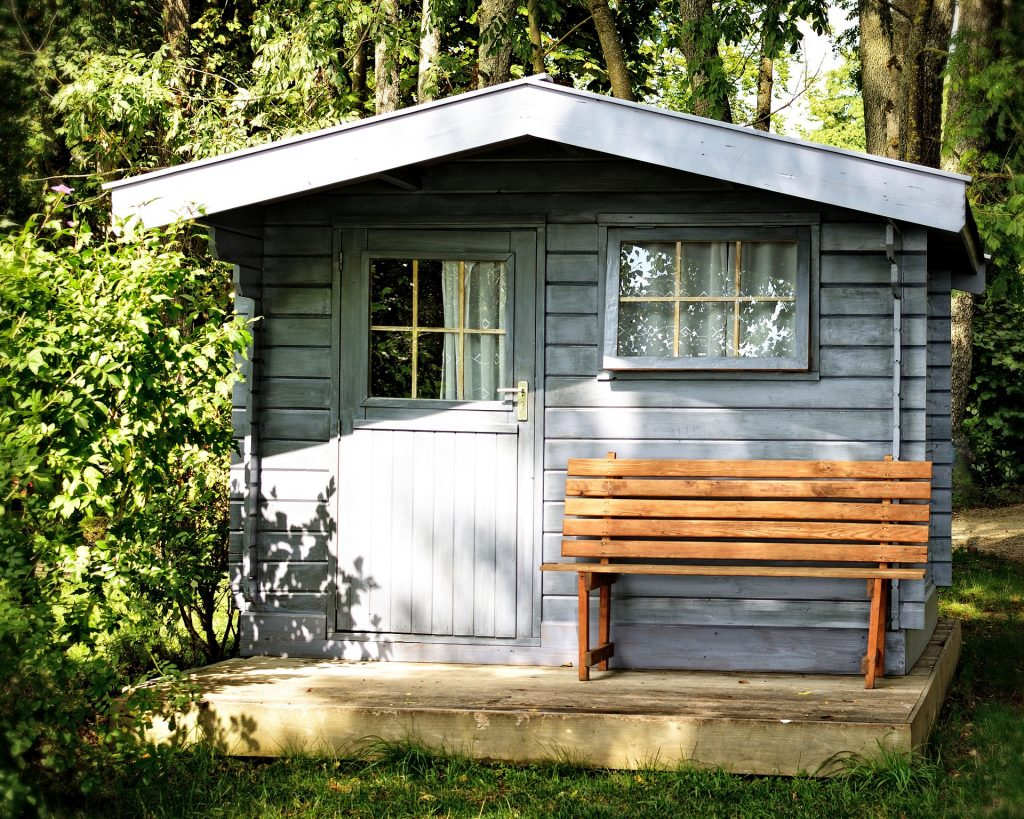 Cabane de jardin bleu clair avrec banc et fenêtres