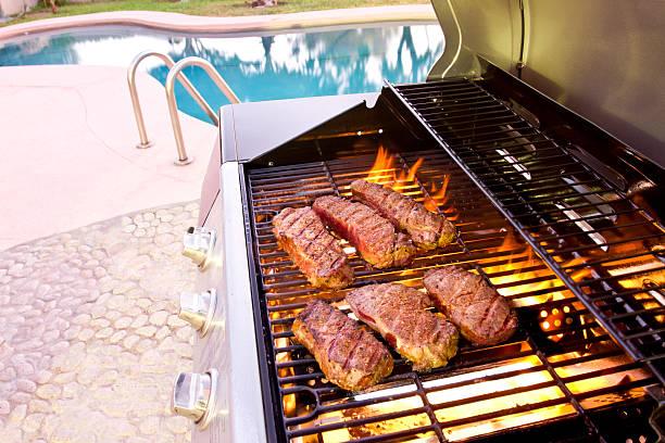Barbecue au bord d'une piscine