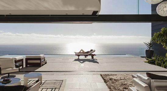 Terrasse contemporaine avec vue sur la mer