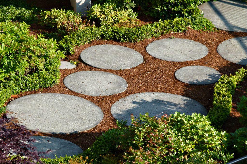 Une allée de jardin dessinées avec des dalles rondes