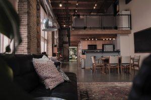 Salon et cuisine d'un grand loft gris et marron