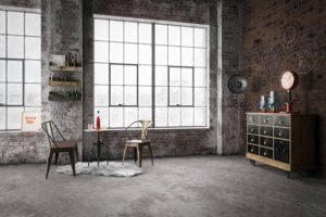 Grande pièce à vivre grise avec bureau et rangements