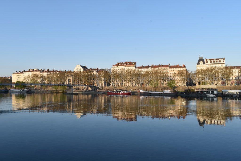 Vue des quais de Saône à Lyon où les arbres se reflètent dans le fleuve